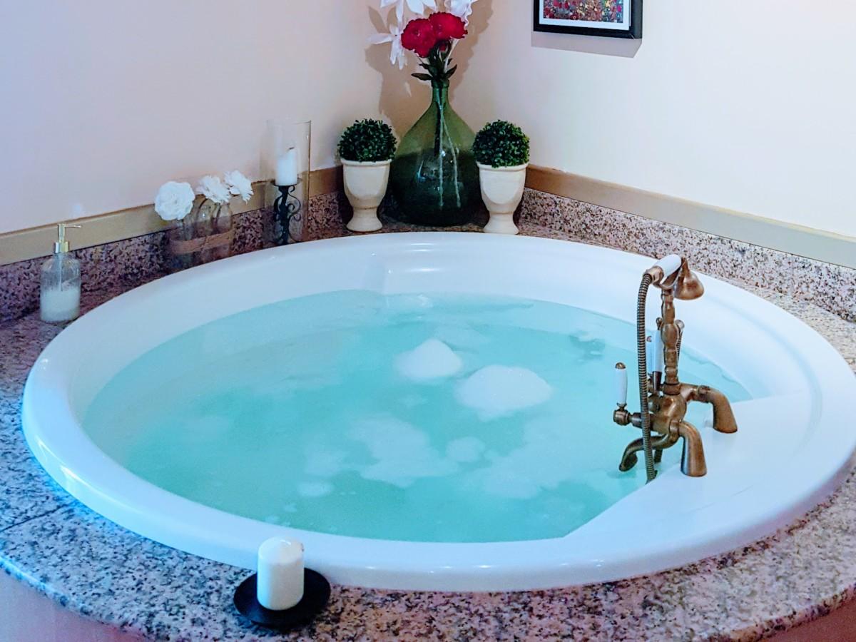 Suite romantique avec baignoire spa - séjour insolite en Bretagne ...